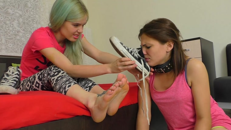 UNDER GIRLS FEET - Skater Girl Stinky Feet Worship