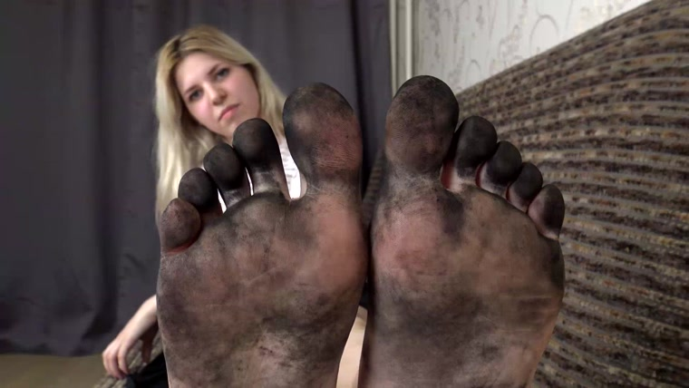 вылизывают босые грязные женские ноги видео наташа