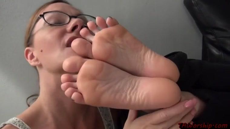 Amateur girl sucks her toes
