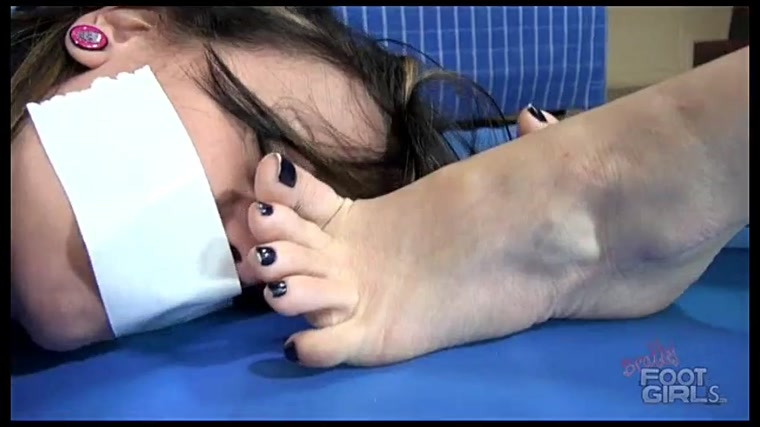 Bratty Foot Girls - Luna Vera, Nicole Foxx - Roommate Brat War
