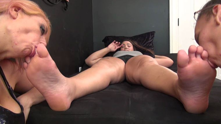 Sweet Southern Feet - Riley And Jill Give Dream A Good Welcome Back