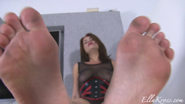 Goddess Ella Kross - Worship y smelly feet
