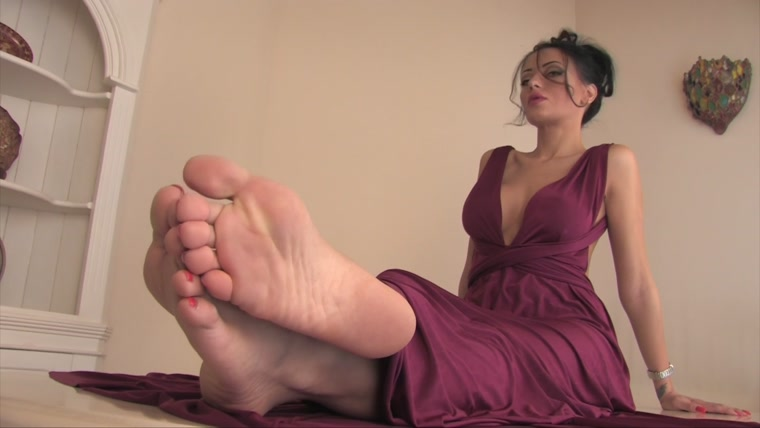 Noemis World – Amazing brunette with red toenails