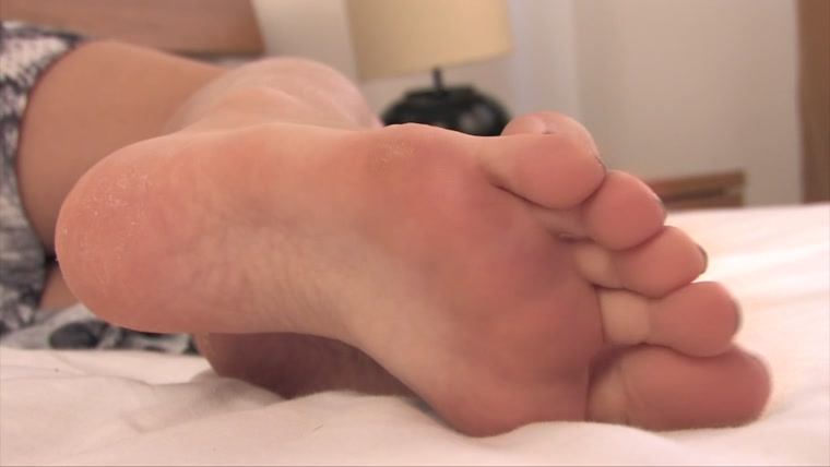 Noemis World – Beautiful Tayla barefoot on the bed