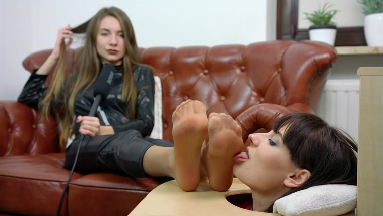 Larisa And Weronika - Head In Box Licking