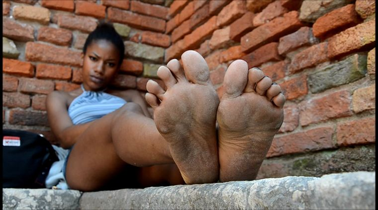 Barefoot Urban Girls - PERLANERA: bare legs and dirty soles