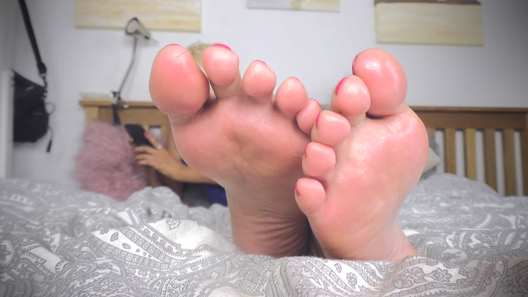 Sexy blonde princess - Down to feet igno