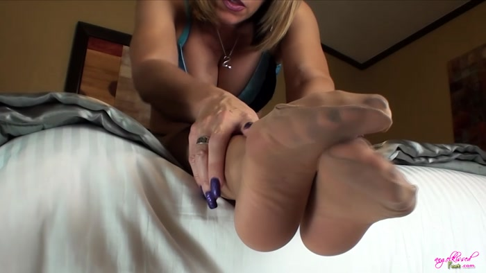 Erotic Nikki - Stroke For Pantyhosed Feet
